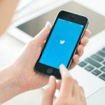 Les medias sociaux permettent notamment la diffusion des savoirs experts, populaires ou experientiels, peuvent favoriser le soutien social et jouer un role important dans la mobilisation collective des patients et de leurs proches.