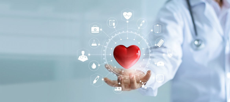 Un médecin tient dans sa main un coeur autour duquel on voit différentes applications mobiles en santé